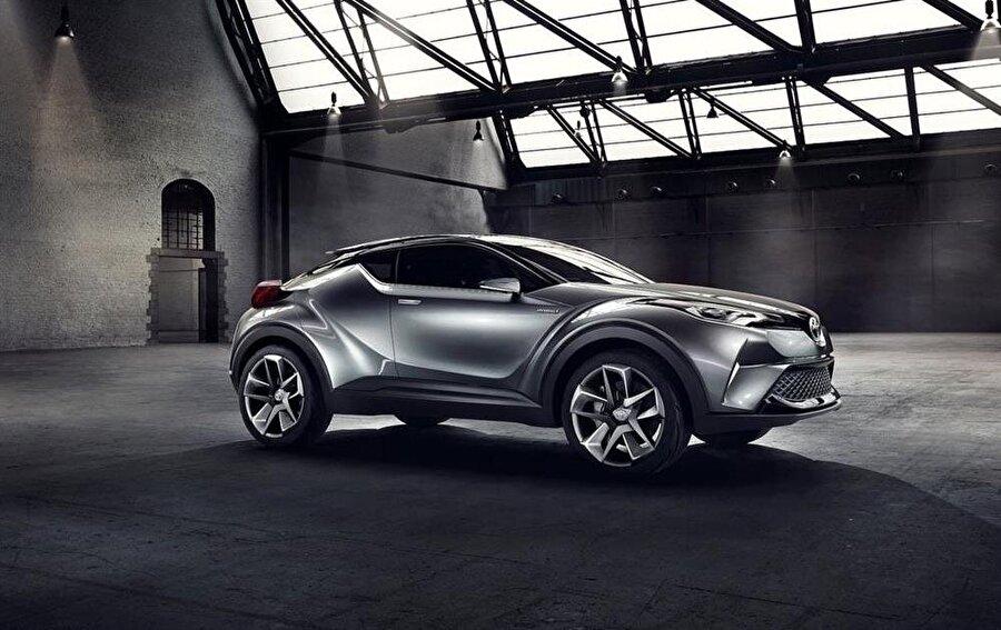 Garanti süresi güven veriyor Toyota'nın tüm hibrit modelleri 3 yıl/100 bin kilometre mekanik garantisine sahip olup, hibrit aksamı ile hibrit aküsü de 5 yıl/100 bin kilometre için garanti kapsamına alınıyor.  Öte yandan hibriti tercih eden Toyota kullanıcıları, garanti süresi olan 5 yılın bitiminden hemen önce 25 avro+KDV tutarındaki hibrit check-up menüsünü yaptırarak, bunu takip eden 1 yıl/15 bin kilometre boyunca hibrit aküsünü garanti altına almayı sürdürebiliyor. Kullanıcılar, bu check-up'ı her yıl yaptırarak hibritaküsünü toplamda 10 yıl boyunca garanti altına alma imkanından faydalanabiliyor.