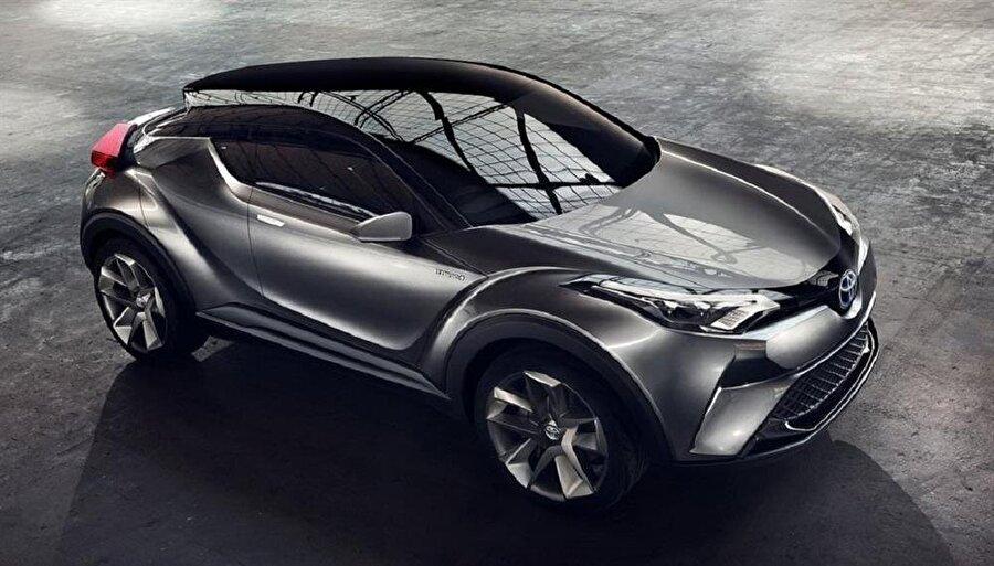 """Üstün teknik özellikler Toyota C-HR, giriş seviye olan """"Advance"""" ile tüm versiyonlarında 17 inçlik alüminyum alaşımlı jantlar, çift bölgeli otomatik klima, 8 inç Toyota Touch 2 multimedya sistemi, geri görüş monitörü, yağmur sensörü, Cruise Control, otomatik yanan farlar, LED gündüz yanan farlar ve elektronik park freni gibi donanım özelliklerini sunuyor.   Toyota C-HR'nin üst donanım seviyelerinde ise ek olarak ısıtmalı koltuklar, akıllı giriş sistemi, karartılmış yan ve arka camlar, yarı parçalı deri koltuklar, kolay akıllı park destek sistemi, 18 inç alüminyum alaşımlı jantlar ve çift renkli gövde gibi özellikler bulunuyor. Aracın, 1,2 litrelik turbo benzinli motor versiyonunda 100 kilometrede ortalama 5,9 litre, 1,8 litre VVT-i yeni hibrit motora sahip versiyonunda ise 100 kilometrede ortalama 3,8 litre yakıt tüketiliyor."""