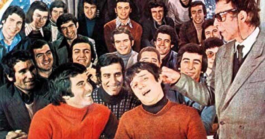 Baş Yapıt: Hababam Sınıfı                                      Tam 6 seri halinde çekilen filmin yalnızca ilk 4 filmi çok sevilip beğenildi demek yanlış olmaz. Rıfat Ilgaz'ın ölümsüz eserinden uyarlanan film; sadece Ankara'da, ilk filmi ile 28 hafta (7 ay) vizyonda kalmıştı. Filmin öğrenci kadrosu birkaç isim hariç yayınlanan duyuruyla bulunmuştu. İnek Şaban ve Mahmut Hoca karakterleri; sırf Sunal ve Özkul oynasın diye değişikliğe uğratılmıştı.
