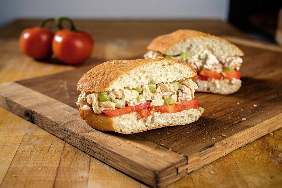 Sandviç                                                                                                                İçerisinde bolca yeşillik olan bir sandviç ile öğün geçirmek son derece sağlıklı olabilir. Ancak sandviçin içerisine bolca mayonez ve et ürünü girerse kalori patlamasına hazırlıklı olun.