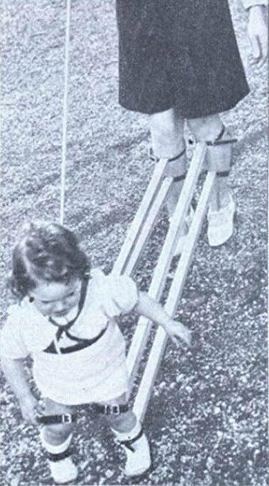 Çocuklara yürümeyi öğretmek için bir cihaz