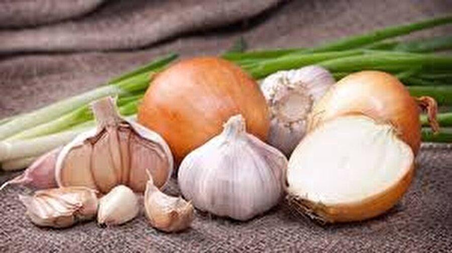 Hem ucuz hem ulaşılması kolay: Soğan ve sarımsak                                                                                                                 Neredeyse her evde bulunan soğan ve sarımsak hem ucuz hem ulaşılması kolay doğal bir antibiyotik. Oldukça güçlü bir antioksidan özelliği taşıyan soğan ve sarımsak, aynı zamanda bağışıklığı kuvvetlendiren en güçlü sebzelerden.