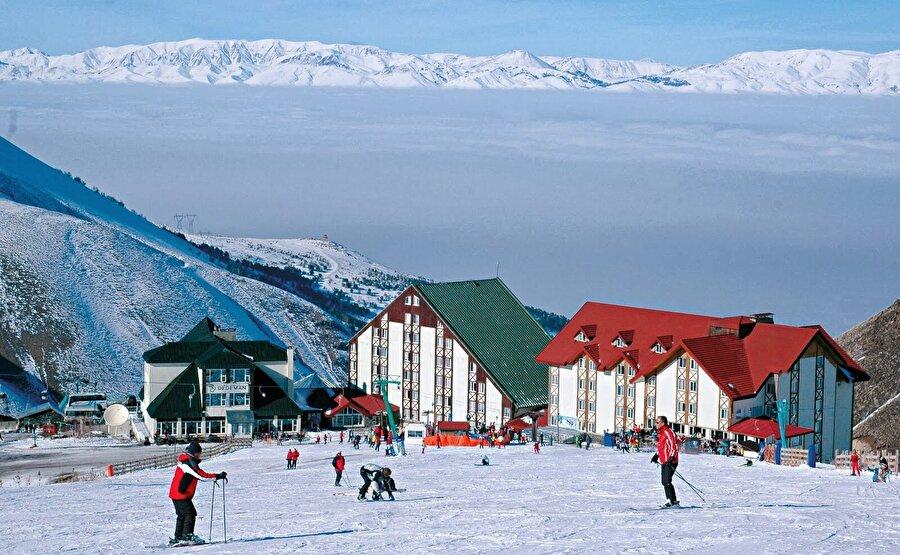 Palandöken, Erzurum                                                                                                                                                                                                                                                                                                                                                                                   Bir kayak turizm merkezi daha, Palandöken. 6 ay karla kaplı olan tatil beldesi, kış tatilinizi keyifle geçirmenizi sağlayacaktır.