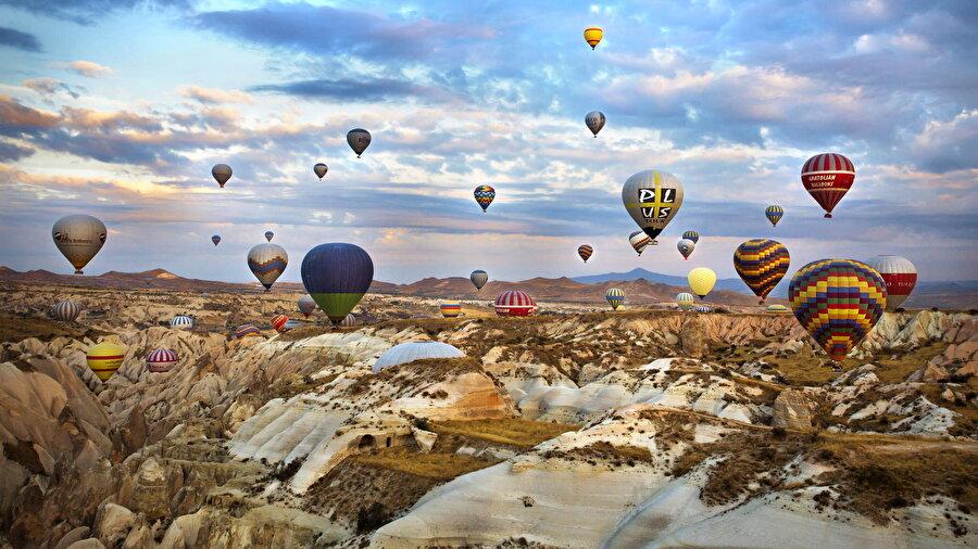 Kapadokya, Nevşehir                                                                                                                                                                                                                                                                                                                                                                                   Neredeyse her mevsim farklı güzelliğe sahip Kapadokya, kış tatilinde ayrı bir güzelliğe bürünüyor. oluyor. Bembeyaz karların altında kalan, 60 milyon yıl önce volkanik dağlardan püsküren lavlardan oluşmuş Peri Bacaları'nın sunduğu eşsiz manzara tarifsiz.