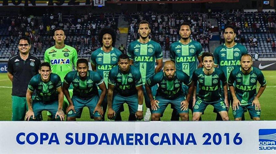 Kolombiya - 2016 Brezilya'nın Chapecoense Real futbol takımı oyuncularının da içinde bulunduğu uçak, Kolombiya'nın Rionegro kenti yakınlarında düştü. Kolombiya Polisi, 76 kişinin öldüğünü açıkladı. La Ceja Belediye Başkanı Elkin Osorio, 5 kişinin kurtulduğunu söyledi.