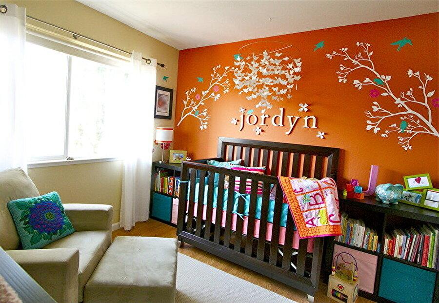 Sıcak renkler tercih edin                                      Çocuk odalarında özellikle canlı ve sıcak renkler kullanılmalıdır; renkler ne kadar canlıysa bir o kadar iyi olacaktır.