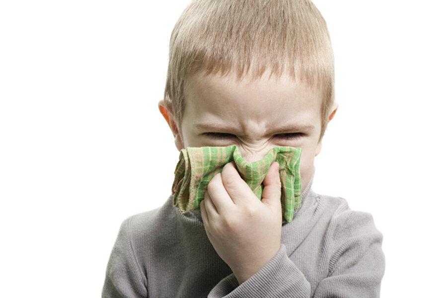 En yaygın olanı soğuk algınlığı                                                                                                                Havaların soğumasıyla hem çocuklarda hem yetişkinlerde yaygın görülen hastalığın başında soğuk algınlığı geliyor. Ani hava değişimi, sıcaklık farklılığı ve alışamama sürecinin beraberinde getirdiği bu sağlık sorunu özellikle kapalı alanlarda bulaşıcı etkisini arttırıyor. Uzmanlar, özellikle bu dönemde mecbur kalınmadıkça antibiyotik kullanımından kaçınılması gerektiğini söylüyor. Hastalık boyunca bol sebze, meyve ve vitamin yönünden zengin besinler tüketilmesi tedaviyi hızlandıracaktır.