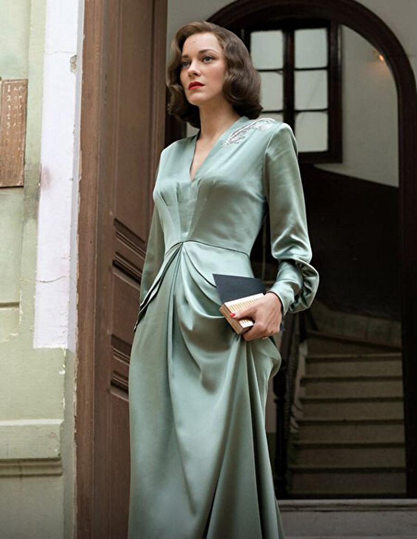 Cotillard'ın zarif tarzı hayran bırakıyor Filmde Fransız Marianne Beausejour'u canlandıran Marion Cotillard'ın zarif Fransız stili, izleyiciyi kendine hayran bırakıyor.