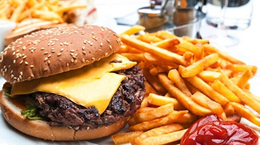 Katı besinlere dikkat!                                      Sindirim sisteminizin düzenli çalışması açısından yemeklerden sonra, bir sonraki öğüne kadar asla katı şeyler tüketmeyin.