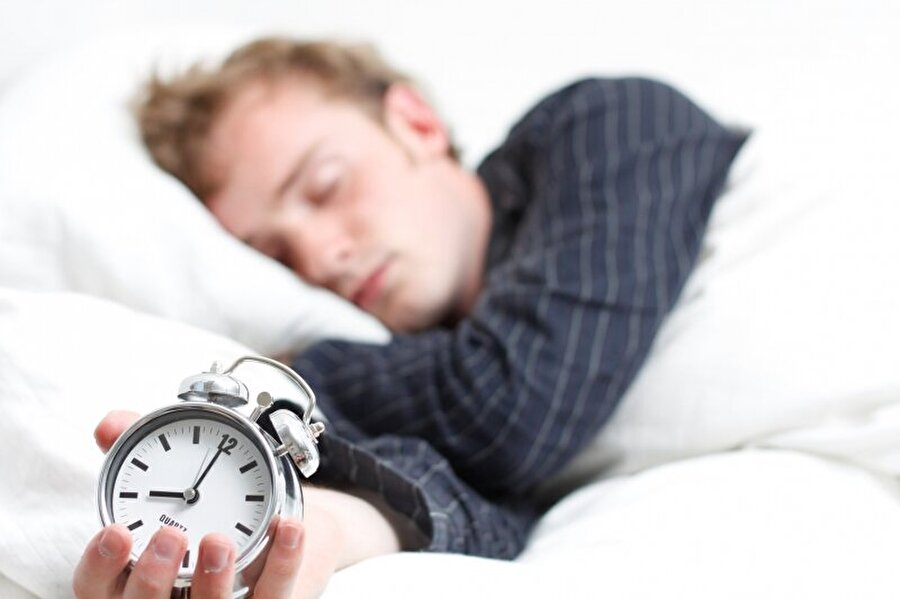 Uykuda kaslar çalışmaya devam eder                                                                                                                Uykuda vücut felç olmuş gibi, dış dünyadaki olaylara duyarsızlaşır; ancak kas kontrolü düğmeye basılmışçasına durmaz, çalışır.