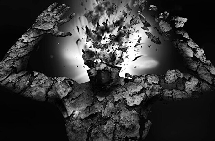 'Patlayan kafa sendromu'                                                                                                                 İnsanın kafasının içinde bomba patlıyormuş gibi sesler duymasına neden olan tuhaf rahatsızlıkta da benzer belirtiler görülür. Beynin uyanık ve uykuya geçen kısmı arasında bir kontrol mücadelesi vardır ve bu şimşek çakması gibi ışıklar görmeye ve yüksek sesli patlamalar duymaya neden olur. Bazı ileri vakalarda bu olgu aşırı uykusuzluğa ve hatta bedenin bilinmez güçler tarafından ele geçirilmesi iddialarına bile neden olmuştur.