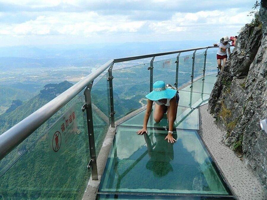 Çin'de 1430 metre yükseklikte bulunan cam parkur