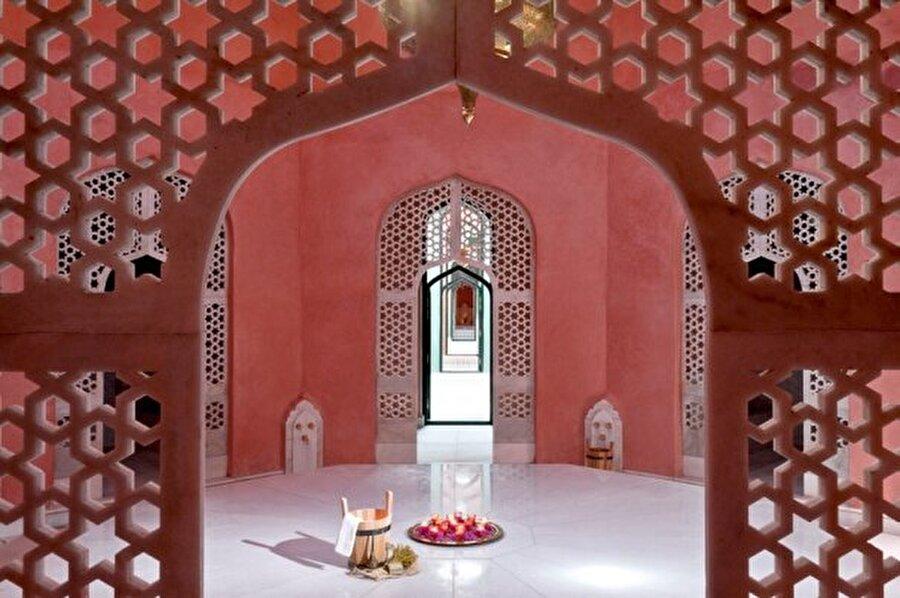 Mimari ve dekorasyon                                                                                                                Doğu'nun mistik ve klasik gücünden beslenen oryantalizm, hem mimaride hem dekorasyonda geniş bir alana yayılmıştır.
