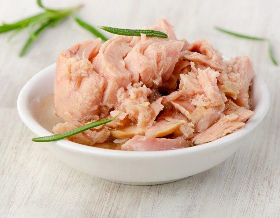 Yediklerinize dikkat edin                                      D vitamini eksikliği yaşamak istemiyorsanız; süt ve süt ürünlerinin yanı sıra ton balığı, somon balığı ve uskumru tüketilmelidir.