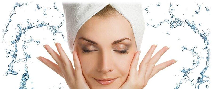 Makyaj ürünlerinden arındırın                                                                                                                Çalışan bir insansanız yüzünüze her gün sürdüğünüz kimyasal ürünlerin olumsuz etkileriyle fazlaca karşılaşırsınız. Bunun olumsuz etkilerini daha aza indirmek için kimyasalı yine bir kimyasal ürünle değil; sıcak su ve sabun gibi doğal yöntemleri tercih edin. Soğuk su, cildinize daha da sertlik katacaktır.