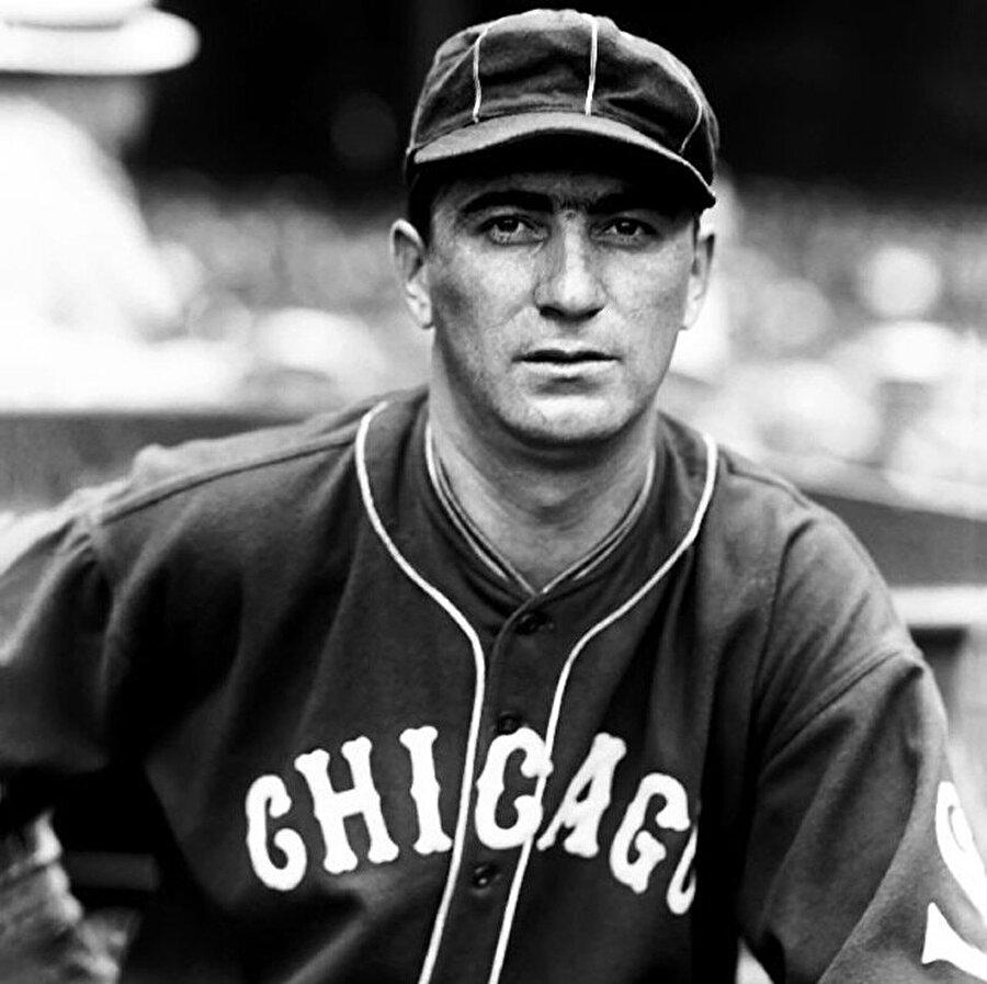 1902 yılında eczacı bir babanın oğlu olarak dünyaya gelen Moe Berg, tarihin en tuhaf sporcu hikayelerinden birinin başrolünü üstleniyor.