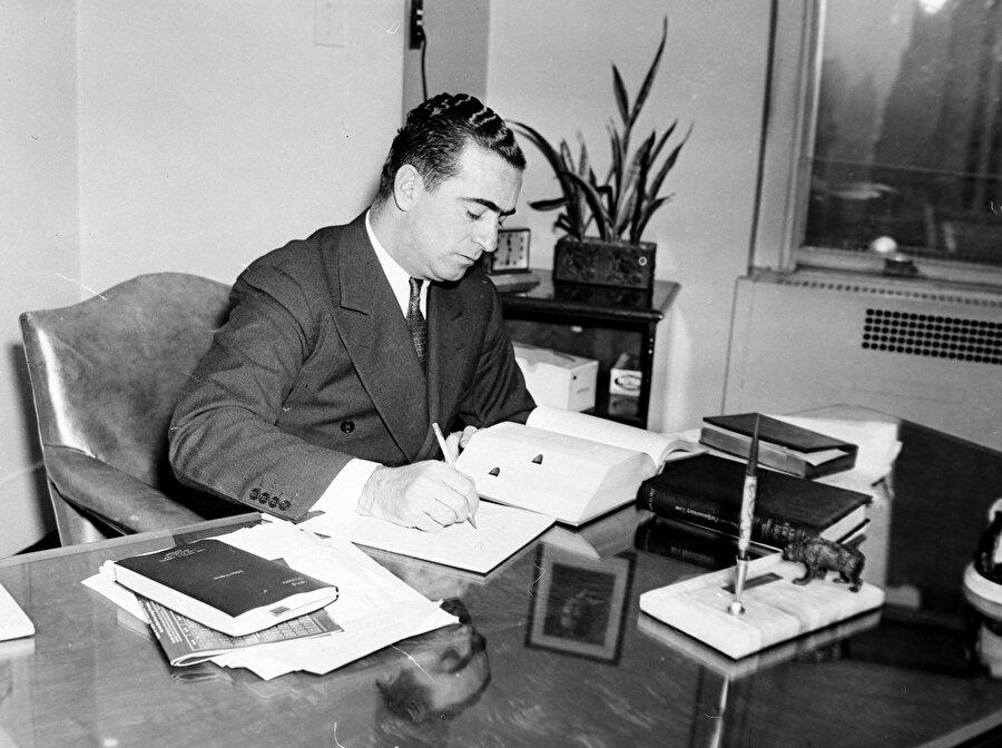 Ülkesinin casusluk teklifini kabul eden Berg; İsrail, İtalya, Almanya, Yugoslavya ve Japonya gibi ülkelerde gizli görevlerde bulundu.