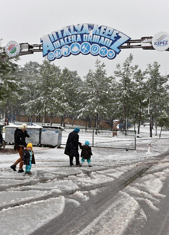 Kentin Burdur tarafındaki girişinde yer alan Antalya talebasının olduğu bölge, Kepez Kent Ormanı ve Macera Parkı karla kaplandı.