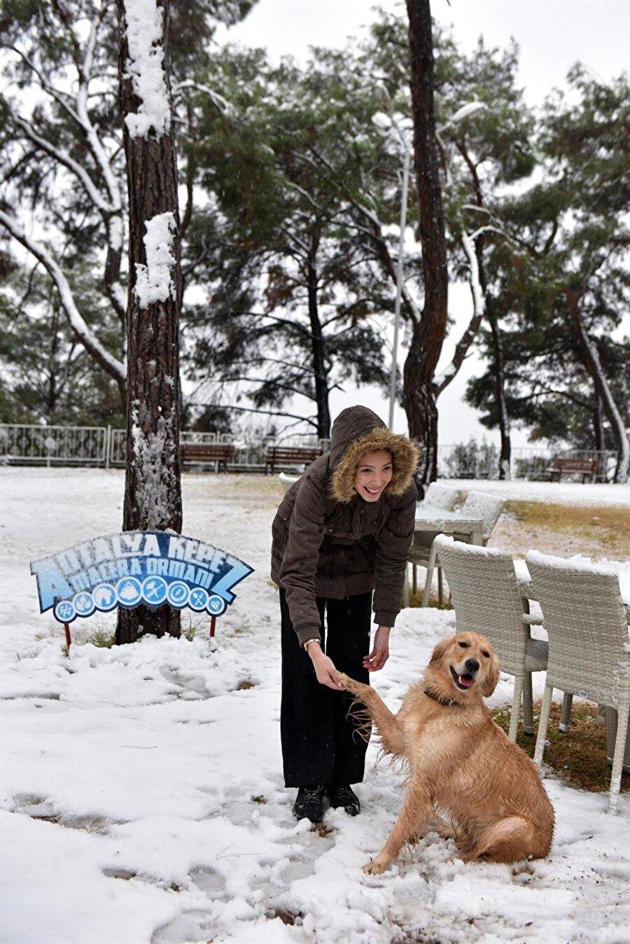 Kepez'e komşu Döşemealtı ilçesi de karla kaplandı.