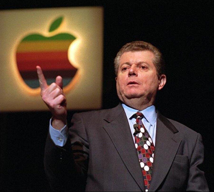 Steve Jobs, pazarlama zekasıyla kendi kurduğu şirketin mihenk taşıydı. Lakin Apple'ın o zamanki yönetiminde bulunan kişiler her daim Jobs'ın düzensiz ve hırslı biri olduğunu ifade etti.