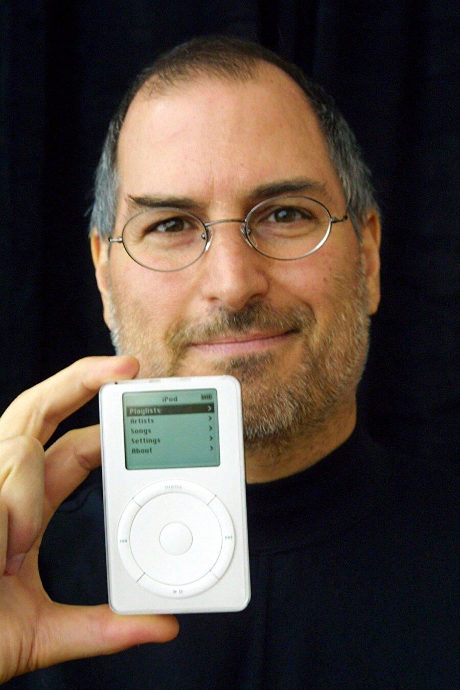 """Bu aşamadan sonra """"1000 şarkıyı cebinizde taşıyın"""" sloganıyla iPod müzik çalar 399 dolara satışa sunuldu."""