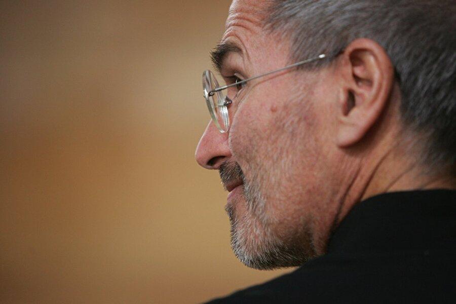 Steve Jobs, Apple'ın iyi günlerine gölge düşürecek bir haber aldı: 2003 yılında Pankreas kanseri olduğunu öğrendi. Haber 2004 yılına kadar şirket çalışanlarından gizli tutuldu.