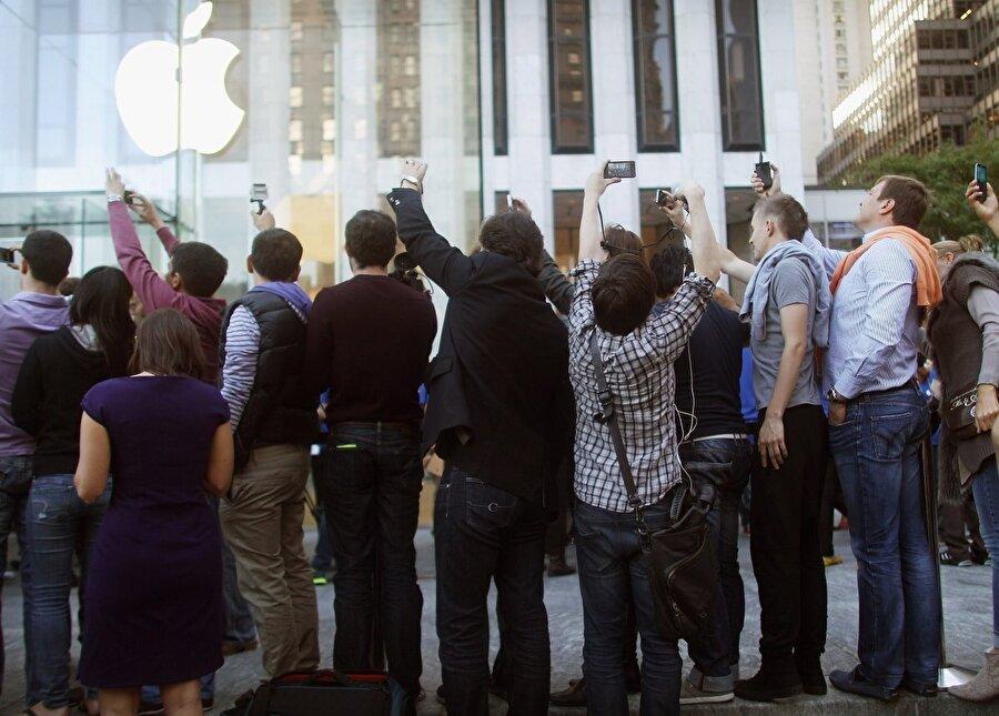 İnsanlar ilk iPhone'u satın alabilmek için Apple Store'lar önünde kamp yaptı.