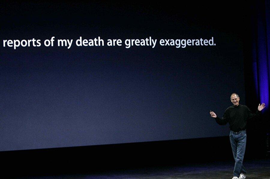 """Kanser nedeniyle sağlığı kötüye giden Steve Jobs, Apple'dan bu yıllarda dahi elini eteğini çekmedi. Hatta Bloomberg, Eylül 2008'de yanlış bir """"Steve Jobs öldü"""" haberi yayınladı. Steve Jobs ise bunu bile tiye alarak çeşitli organizasyonlarda kullandı."""