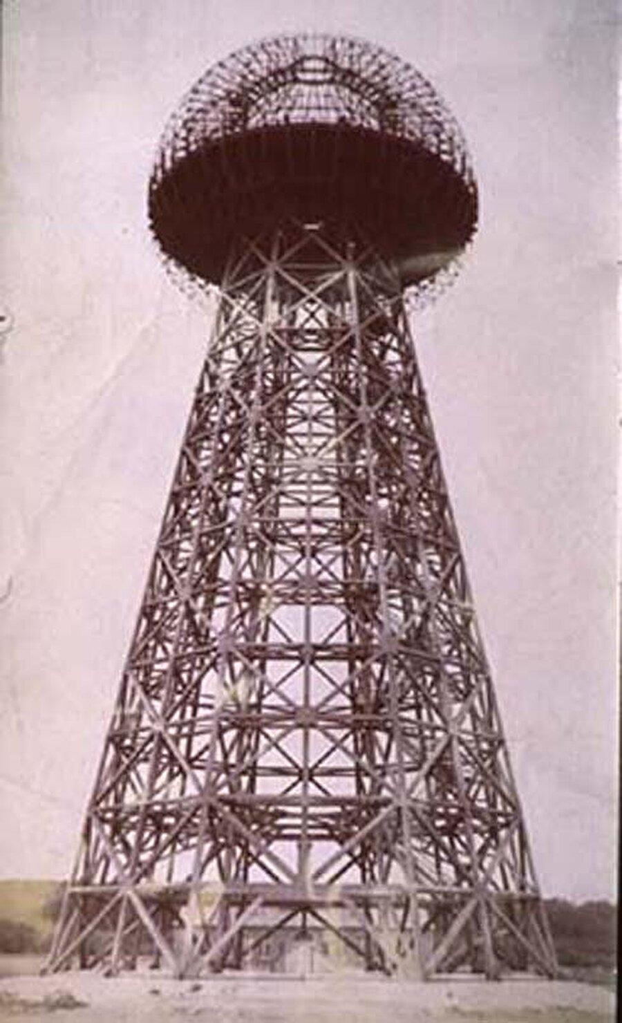 Bedava Elektrik Sistemi                                      JP Morgan'dan aldığı finansmanla Tesla, 1901 ve 1902 yılları arasında New York'ta devasa bir kablosuz iletişim istasyonu olan Wardenclyffe Kulesi'ni tasarladı ve inşa etti. Tesla, bu istasyon aracılığıyla Atlantik üzerinden İngiltere'ye ve gemilere mesajlar, telefonlar ve fakslar iletmeyi planlıyordu. Proje başarılı olsaydı, herkes yere çapa zinciri saplayarak elektriğe sahip olabilecekti. Fakat, bu durum enerji endüstrisinde çok ciddi değişikliklere yol açabilirdi ve bu dünyadaki elit kesimin işine gelmedi. Tesla'nın amacını öğrenen Morgan, projeyi finanse etmeyi reddetti ve proje 1906 yılında yarıda bırakıldı.