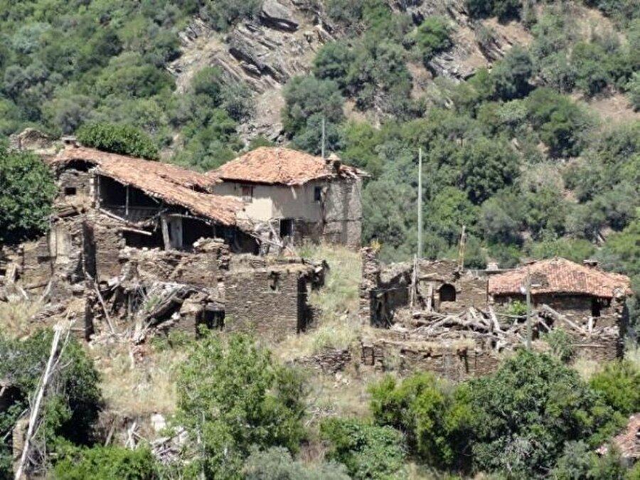 Evler yıkılmış durumda                                                                                                                                                                                          Lübbey'deki taş duvarlı, ahşap pencereli birçok ev yıkılmış durumda.