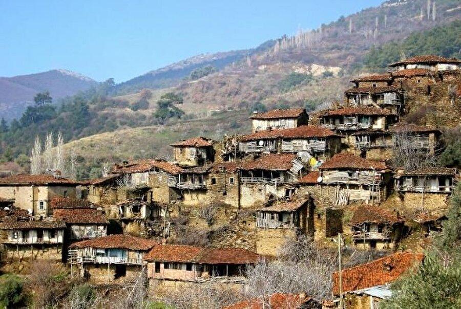 """Çok sayıda isimle anılıyor                                                                                                                                                                                          İzmir'in Ödemiş ilçesine 13 km uzaklıktaki Lübbey Köyü, alışılagelmiş köylerden değil. 130 haneli, Yörük Türkmen köyü olan Lübbey, """"Satılık köy"""", """"Terk edilmiş kartal yuvası"""", """"Efe ve zeybeklerin korunağı"""", """"Hikayesi olan köy"""" ve """"Eşkıya sığınağı"""" gibi isimlerle de anılıyor."""