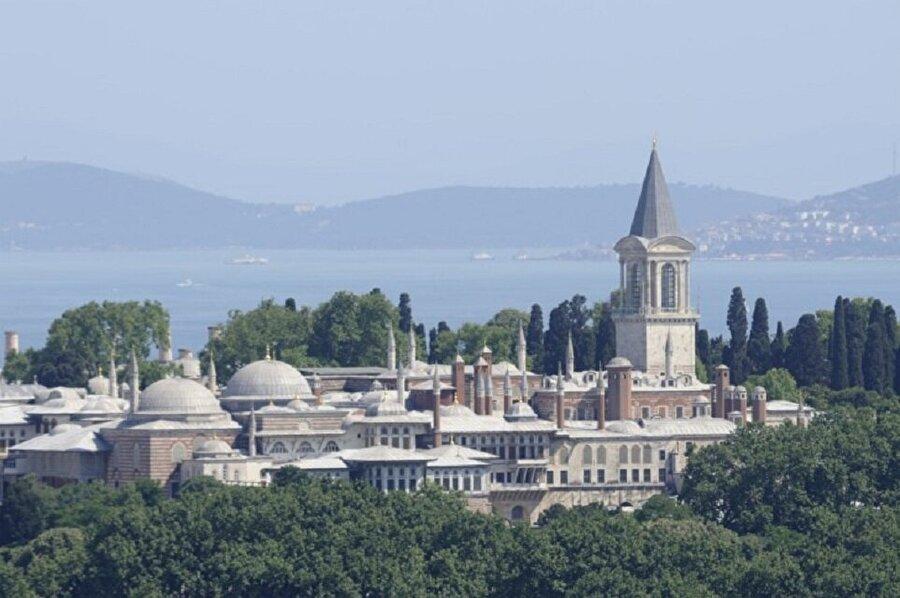 Saraybburnu Tepesi Birinci tepe, Sarayburnu'ndan içeri doğru yükselen Ayasofya'nın bulunduğu tepedir. Bu bölge, eskiden Hipodrom ve Akropol'ün yer aldığı bölgedir ve Sultanahmet Meydanı da bu bölgeye dahildir. Sarayburnu'na hakim bu bölgede ki en önemli mimari yapıların başında Topkapı Sarayı gelir. Bunun dışında Sultanahmet Camii ve Ayasofya gibi görkemli yapılar bulunur. Sarayburnu tepesi ya da Topkapı tepesi olarak da anılan bu tepe, denizden yaklaşık 30 metre yüksektedir.