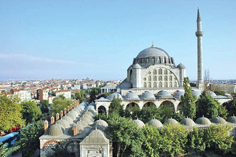 Fatih Tepesi Fatih'in merkez noktasında yer alan Fatih Camii ve Külliyesi bu tepenin en önemli yapısıdır. Bizans döneminde ise Valens Sukemeri, Havariyun Kilisesi,ve Kıztaşı buradaydı.