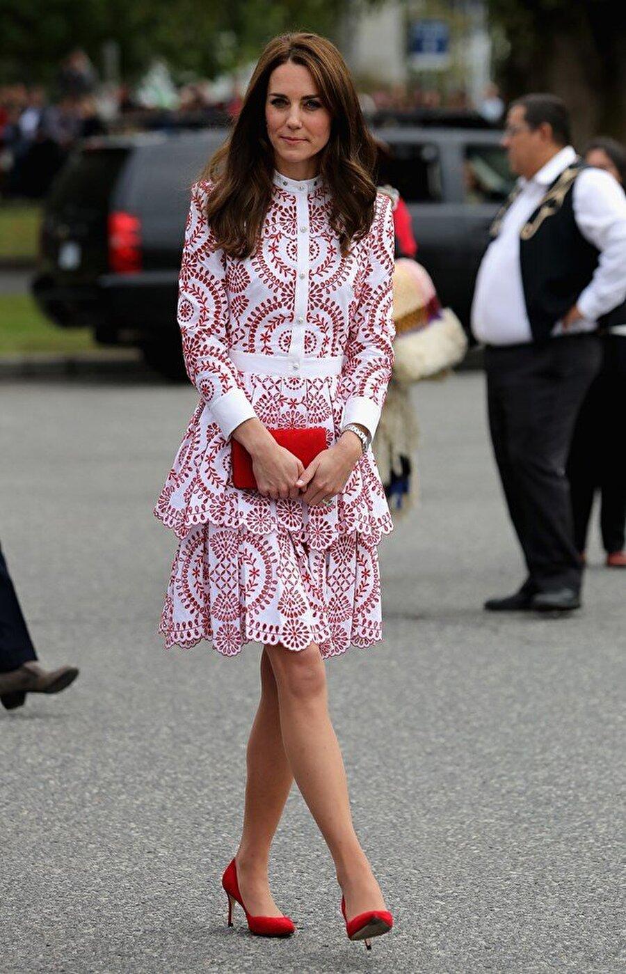 Elinden düşmüyor                                                                           İngiltere kraliyet ailesinin en popüler ismi olan Cambridge Düşesi Kate Middleton, her zaman elinde taşıdığı clutch türündeki mini çantalarıyla dikkat çekiyor.