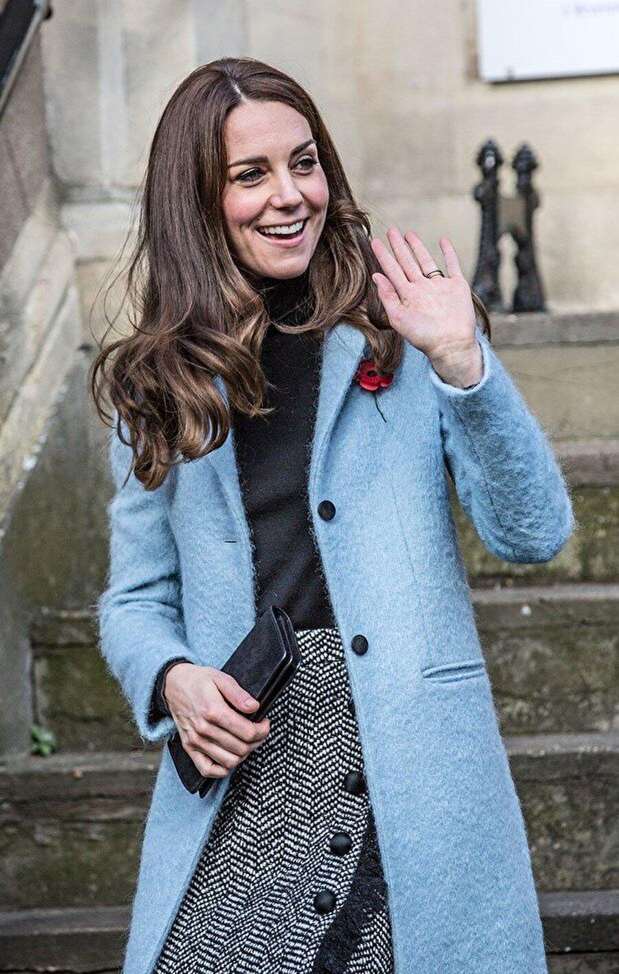 Zarif görünmesi amaçlanıyor                                                                           Prens Charles ve eşi Camilla'nın eski kahyası Grant Harrold, Kate Middleton'ın imza niteliğindeki, iki eliyle çantasını tutma pozunun, el sıkışmaktan kaçınma isteğinden ziyade zarif bir duruş olarak kabul etmesinden kaynaklandığını söyledi.
