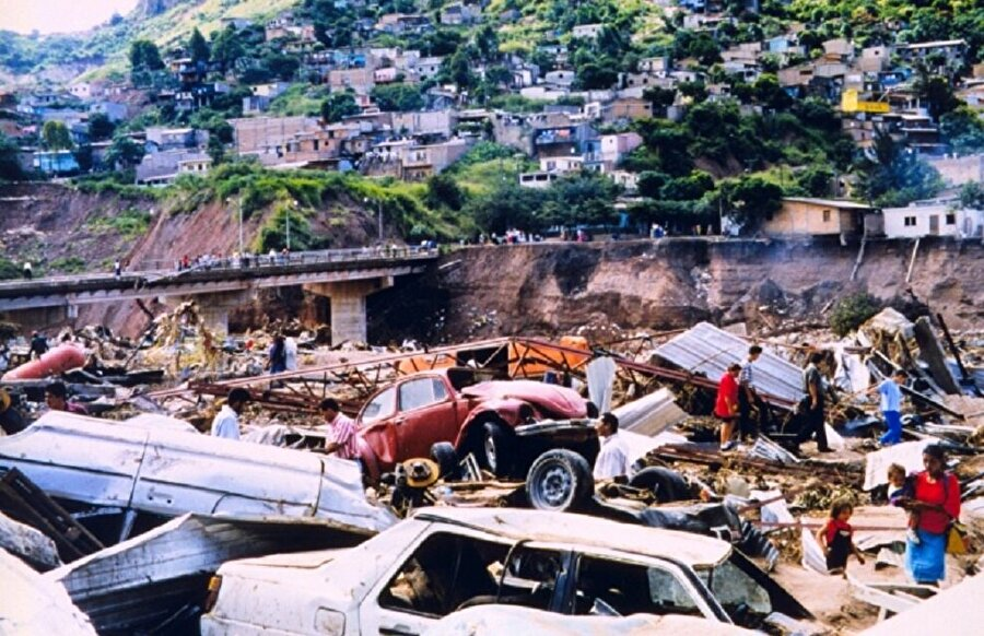 Mitch Kasırgası                                      Yaklaşık 9 bin kişi hayatını kaybetti ve 10000'in üzerinde kişinin kaybolmasına neden oldu. Son iki yüzyılda Amerika'da görülen en büyük kasırgadır.