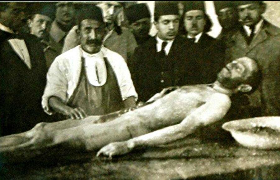 Bedeni kadavra yapılmak istendi                                                                                                                                                                                          Ünlü yazarı hastanede kimse tanımıyordu; bu yüzden sahipsiz olduğunu düşünüp bedenini kadavra olarak kullanmak istediler.