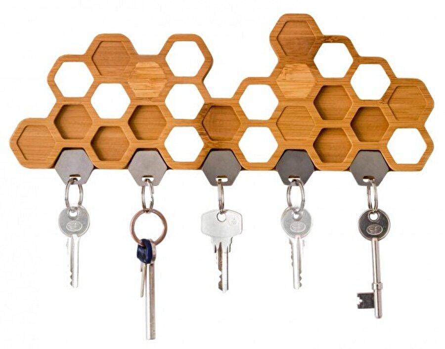Altıgen şeklinde arı peteği                                                                           Manyetik petek anahtarlıklar, anahtarlarınızın kaybolmaması konusunda size yardımdı olacaktır. Anahtarlarınızı bambudan yapılmış altıgen şeklindeki yuvalara yerleştirmeniz mümkün.
