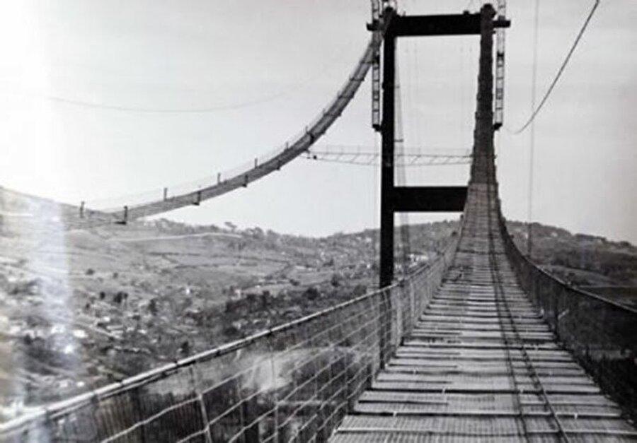 Test için kamyonlara köprüye doğru ilerleyin komutu verilmiş                                                                                                                Karayollarının izlediği yöntem şöyle gelişti; 15 Ekim 1973 gecesi Kabataş vapur kuyruğunda bekleyen yaklaşık 140 kamyon deneylerde kullanılmak üzere köprü üzerine getirildi ve iki buçuk şerit halinde köprü tan boyca bu kamyonlarla dolduruldu. Yaklaşık 1 saat süren beklemeden sonra 1. ölçümler tamamlandı. Sonra köprünün beylerbeyi tarafındaki yarısı kamyonlardan boşaltıldı. Geriye Ortaköy tarafı kaldı. Burada da aynı ölçümler tekrar edildi. Bu işlemler yaklaşık bir buçuk saat sürdü. Sonrasında açılışa kadar bir daha kamyon geçişine izin verilmedi.   Bu iki ayrı yükleme konumları için tabliyenin çeşitli yerlerine yerleştirilen gerilme rozetleri ile maksimum şekil değiştirmeler ve maksimum çelik gerilmeleri ölçüldü. Ölçüler sonucunda her iki tarafın rakamları kaydedildi.