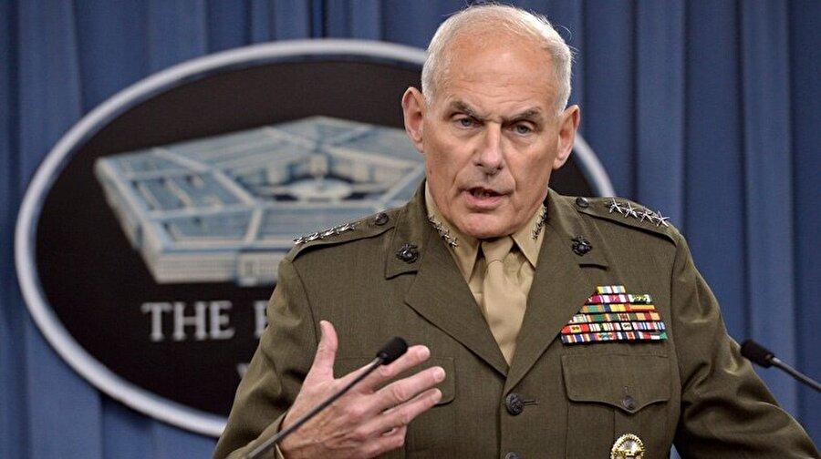 General John Kelly - İç Güvenlik Bakanı                                      John Kelly, 50 yıl orduda bulunduktan sonra geçen sene emekli olan bir isim. Görevde olduğu dönemde, ABD Senatosu'nun Meksika sınırı ile ilgili sorularını yanıtlarken verdiği sert yanıtlarla Trump'ın dikkatini çekti. Halkın Kelly'ye sempatisinin nedeni ise, bir oğlunu 2010 yılında Afganistan'da kaybetmesi.  John Kelly, bir dönem sorumluluk bölgesinde olan Guantanamo'daki insan hakları ihlalleri iddialarını reddetmiş, orduda kadınların görev alması tartışmalarına da katılarak bunun ordunun fizik gücünü zayıflatacağını savunmuştu.   Kelly, Obama yönetiminin izlediği politikaların Ortadoğu'da İran'ı güçlendirdiğini savunuyor.