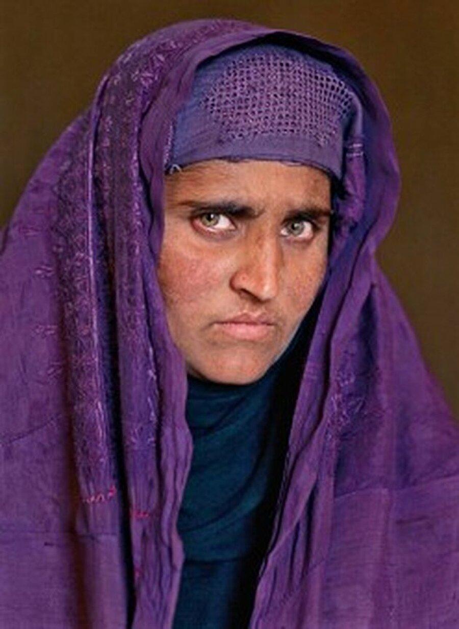 Yaşlı hali yeniden kapak oldu Ünlü fotoğrafçı Steve McCurry tarafından 1985'te fotoğrafı çekilen ve National Geographic'in haziran sayısına kapak olan 'Afgan kızı' Gula bütün dünyada tanındı. O tarihten sonra uzun yıllar Gula'ya bir daha ulaşılamadı.  2002'de ise McCurry'nin de aralarında bulunduğu National Geographic ekibi, Afganistan'ın ücra bir bölgesinde Gula'ya ulaşmayı başardı.  Yıllar sonra izi bulunan Gula'nın yaşlanmış hali tekrar National Geographic dergisine kapak oldu.