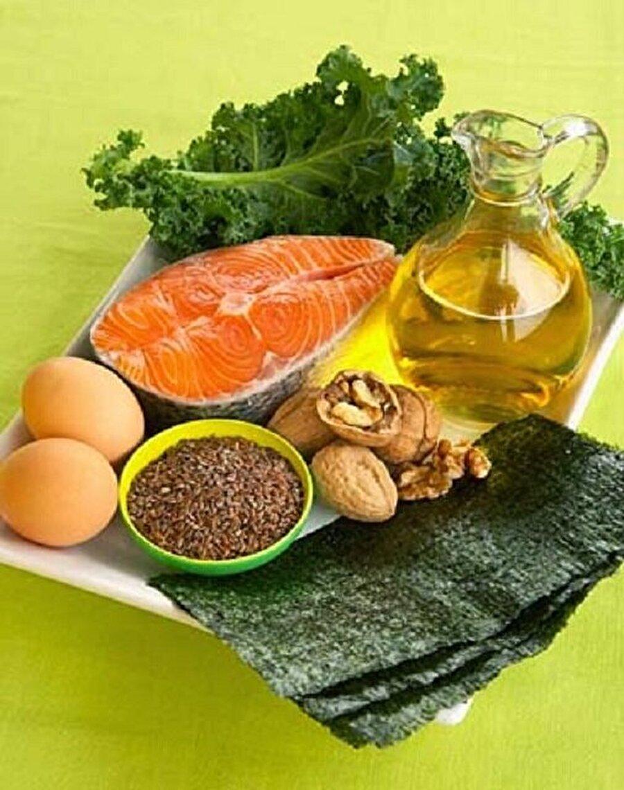 Omega 3 içeren besinler Sabahtan akşama kadar omega 3 tüketebilme imkanına sahipsiniz. Sabahleyin kahvaltı ederken yumurta yemek protein açısından faydalı olur. Bağışıklığın yükselmesine yardımcı olur. Yumurtanın sarısı A vitamini açısından çok zengindir. Özellikle çocuklarımıza da her gün mutlaka vermemiz gerekir.    Kahvaltı tabağına birkaç zeytin, tereyağı, bal, pekmez, salatalık, 1-2 adet ceviz, yeterli olacaktır.   Omega 3 açısından da ceviz, fındık ve bademin kaliteli yağ asidi içerdiği için tüketmek faydalı olur. Omega 3 bizim bağışıklık sistemimiz koruduğu için vücut direncimizi de arttırır. Omega 3 kuruyemişlerde, yeşil yapraklı sebzelerde, balıklarda bulunuyor.
