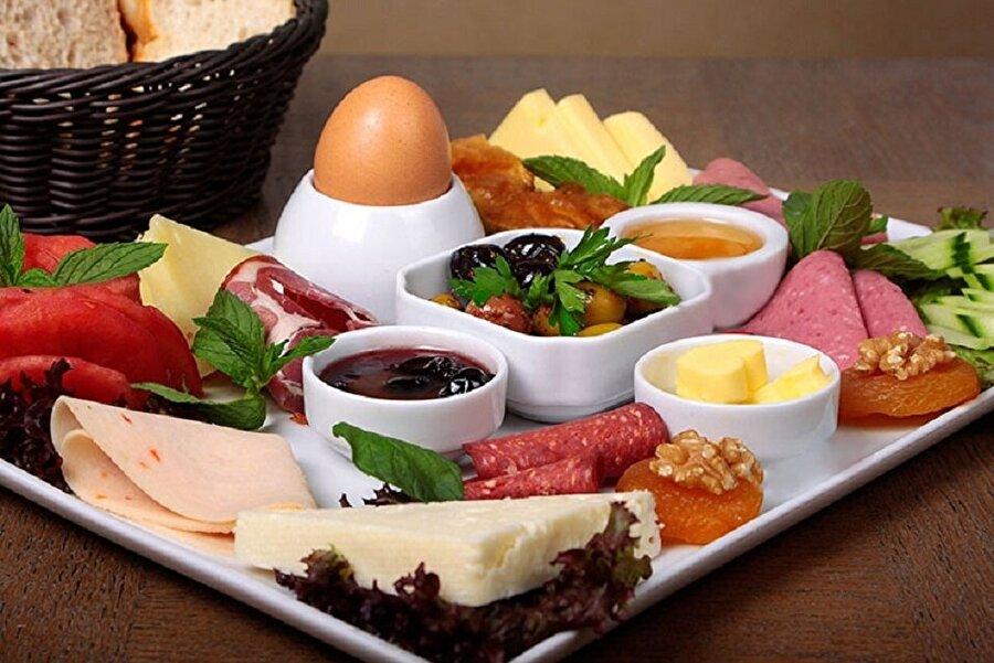 Kahvaltı Kahvaltı en önemli öğünlerimiz arasında yer alır. Güne kahvaltı etmeden başlamak demek gün boyunca ne yersek yiyelim vücudumuza bir yararının olmayacağı anlamına gelir. Kahvaltı tartışmasız en önemli öğündür. Ve vücut direncimiz açısında oldukça faydalı olur.