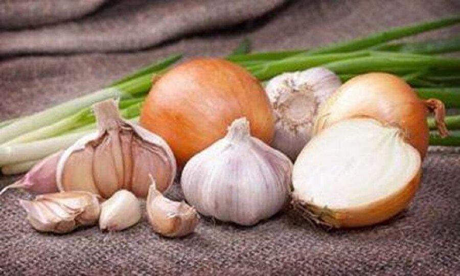 Soğangiller Soğan kokusu etrafı rahatsız edecek diye insanlar arasında çekinerek kullanılır. Soğan yemeklere lezzet verdiği gibi soğangillerden oluşan sebzelerde vücut direnci açısından oldukça faydalıdır. Başlıca antioksidan arasında gösterilir. Soğangiller mevsim sebzeleri olduğundan tam zamanı geldiğinde çıkarlar. Sarımsak, pırasa yemeklerinizde kullanabilirsiniz. Pırasayı hafta da birkaç kez pişirmeniz vücut direnci korumada etkili olacaktır. Soğanın tazesi kadar kurusunu da tüketin.Lahana kırmızı-beyaz- mor lahanayı hangisini seviyorsanız , brokoli, karnabaharı mutlaka tüketmelisiniz.