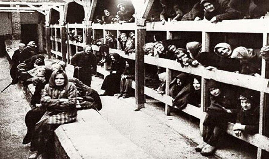 Kuzey Kore İnsan deneyi                                      Nazi ve Japon askerlerinin Kuzey Kore'de insanlar üzerinde deney yaptıklarına dair birçok belge bulunmuştur. İşkencelerden ve deneyden kaçıp kurtulan kadın esirlerden birinin anlattığı hikaye fazlasıyla korkunç.. İddiasına göre seçilen 50 sağlıklı kadın esir zorla zehirli bitkileri yemek durumunda bırakıldılar. Bitkiyi yiyen 50 kadın yaklaşık 20 dakika sonra ağızlarından ve idrar yollarından kan gelerek öldü. Ayrıca zehirli gaz ve kan testi de yapılmış.