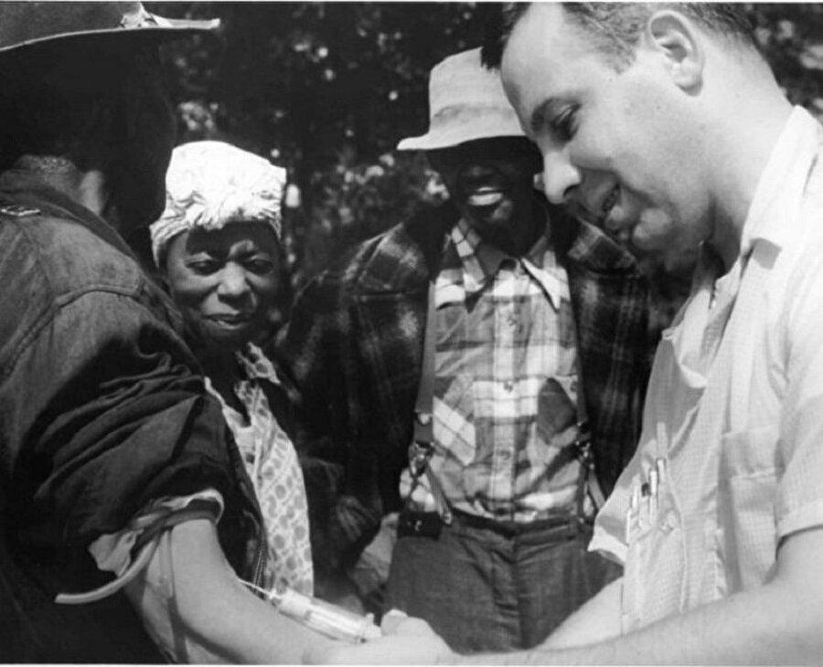 Tuskegee Frengi araştırmaları                                      1932 ve 1972 yılları arasında ABD'nin Alabama eyaletinde Tuskegee adı verilen bir kasabada ABD Sağlık Servisi tarafından frengiye deva bulmak için bir klinik kuruldu. Bu klinikte denek olarak siyahiler kullanıldı. Fakat bu insanlar frengi hastalığına tıbbi çözüm bulmak için denek olarak kullanıldıklarının farkında değillerdi. Kendilerine ABD hükümeti tarafından ücretsiz sağlık hizmeti verildiği söylenmişti. 600e yakın çiftçiyi bu şekilde kandırdılar ve ilerleyen zamanlarda penisilin ile durdurulabilecek olan bu deneyi sürdürdüler ta ki ölümle sonuçlanana kadar...