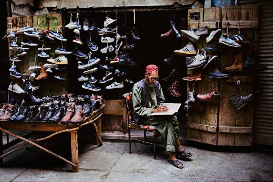 Seteve McCurry bu projeyi yaparken bir Macar fotoğrafçıdan esinlendi.                                                                                                                                                                                           Afganistan