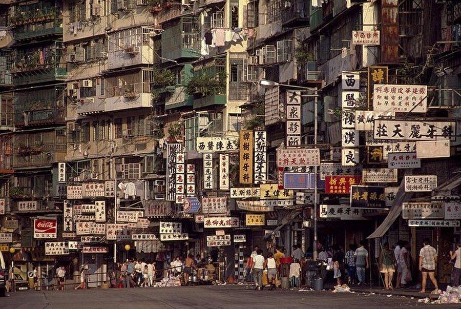 Çin'in İngiltere işgali zamanlarda, çevresi duvarlarla çevrili bir şekilde inşaa edilen Kowloon Walled City denilen bu merkez 50.000'lik nüfusuyla Dünya'da metrekareye en çok insan düşen yer konumundaydı.