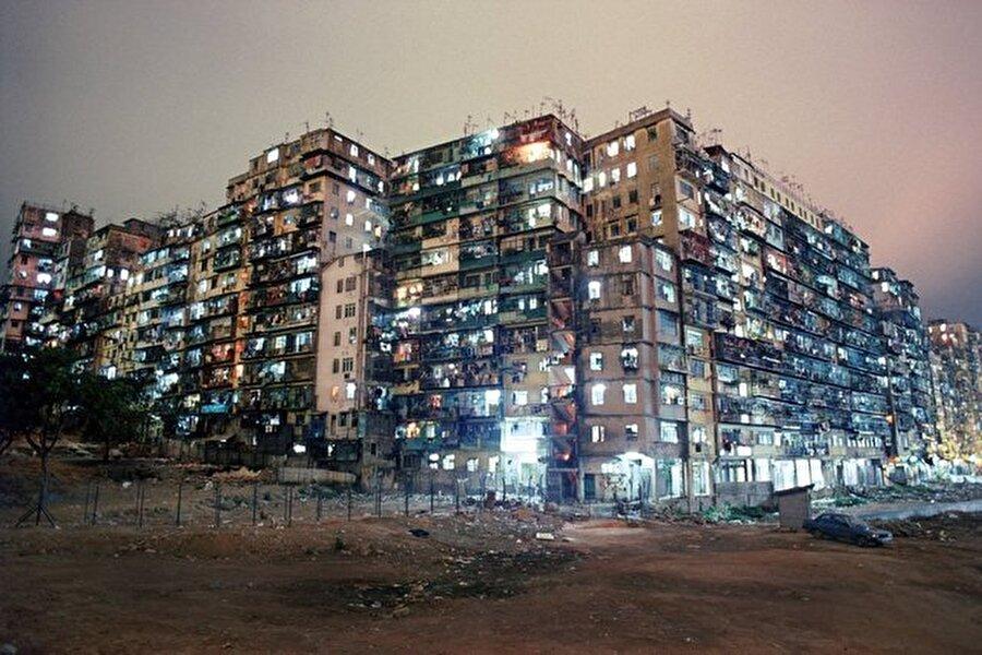Başlarda Çin'in bir merkezi olarak kabul edilse de, zaman içerisinde yüksek binaların olduğu ve gün ışığından uzak bir konuma düşen yer halini almıştı.