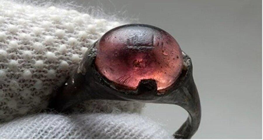 """9. Yüzyıla ait bu yüzüğün üstünde Arap harfleri ile """"Allah için"""" yazıyor."""